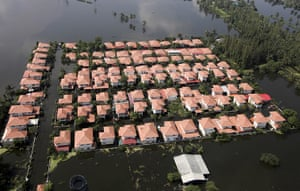 Thailand floods : Houses in floodwaters in Nonthaburi province on the outskirts of Bangkok