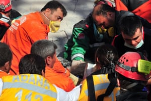 earthquake in turkey: Rescue workers carry an injured woman in Van