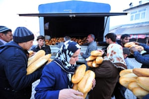 earthquake in turkey: Bread is delivered to displaced locals in Van