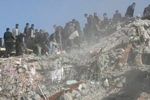 earthquake in turkey: Locals pick through the rubble of a collapsed building in Van