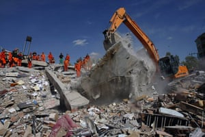 earthquake in turkey: Rescuers work to save people from debris in Ercis