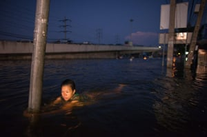 24 hours in pictures: Flooding in Thailand