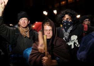 occupy oakland clashes: Occupy activists link arms as police advance on their encampment