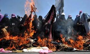 Yemeni women burn veils in Sana'a
