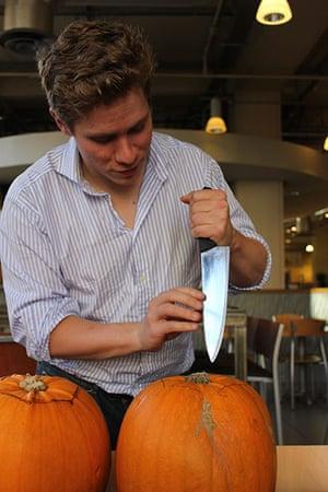 Halloween pumpkin carving: Halloween pumkin carving 2
