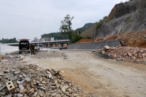 Guiyang urbanisation: The abrupt end to the dual carriageway at Tangbaguan