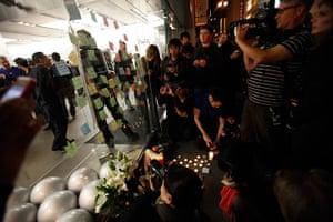 Steve Jobs Apple shrines: San Francisco, California: Mourners gather around an impromptu shrine