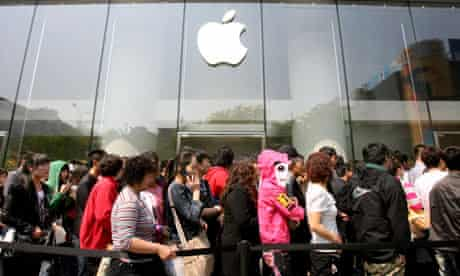 Apple's white iPhone 4 goes on sale in China