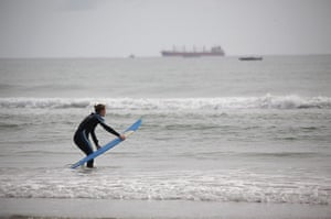 New Zealand oil spill: A surfer near the Port of Tauranga  New Zealand