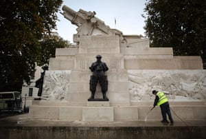 Armistice day: Stonemason cleans the Royal Artillery Memorial at Hyde Park Corner