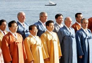 APEC Summit: 19 November 2005: Roh Moo-Hyun with APEC leaders in Busan, South Korea