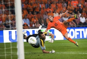 Euro 2012 qualifiers: Holland's Wesley Sneijder scores against San Marino