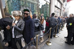 Versace for H&M: Queue at Versace for H&M