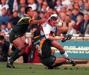 Great Britain v Australia: Australia's Laurie Daley & Ettingshausen grab Great Britain's Paul Newlove