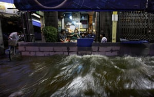 24 hours in pictures: flooding in bangkok