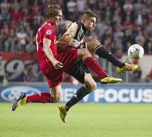 Man Utd targets: Luuk de Jong of FC Twente Enschede tussles with Javi Garcia of Benfica