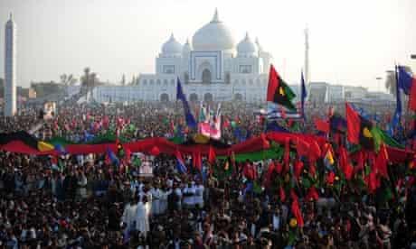A crowd listens to Pakistani president Asif Ali Zardari