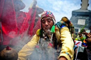 24 hours : Lima, Peru: Peruvian shamans make a ritual of predictions for 2012