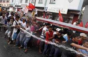 Occupy Mendiola: Filipino students use water cannons to disperse anti-riot policmen, Manila