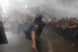 Occupy Mendiola: Protesters are dispersed by police with water cannons, Manila
