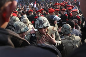 Egypt aftermath: Egyptian soldiers listen to protesters complaints