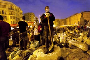 Egypt aftermath: Egyptians gather together to clean up Tahrir Square