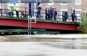Floods 2000: Local residents keep watch  09 November 2000 from t