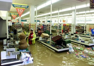 Floods 2000: GAS INSPECTOR CHECKS  A FLOODED SUPERMARKET IN SUSSEX