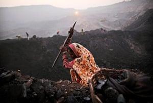 Kevin Frayer coal mine: Coal scavengers in Bokapahari, India