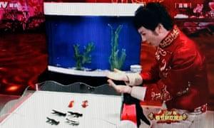 Fu Yandong directs formation goldfish