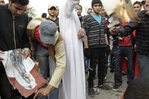 bahrain: Anti-government demonstrators burn a picture of former emir in bahrain