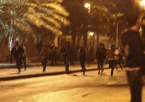 bahrain: Anti-government demonstrators run away from police