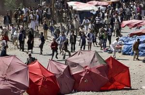 Yemen: Yemeni regime loyalists throw stones