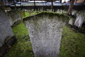 Bunhill fields cemetery: Graves and gravestones in Bunhill Fields cemetery