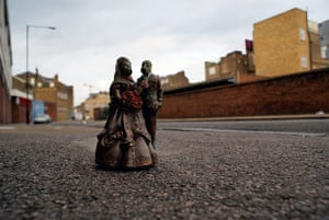 miniature sculpture: Isaac Cordal's Lovers, in Hackney