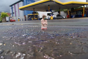 miniature sculptures: Summer in London by Isaac Cordal
