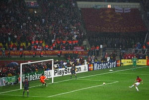 Giggs 20 Years: Giggs of Man United scores past Cech of Chelsea in the penalty shootout