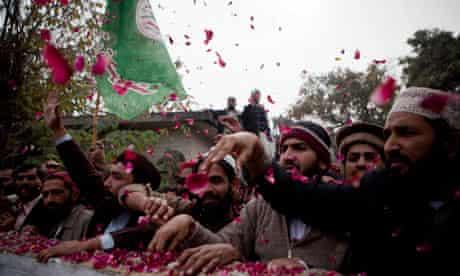 Islamists throw rose petals at Mumtaz Qadri, alleged murderer of Salman Taseer