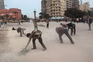 Egypt 05/02: Anti-government protesters sweep up in Tahrir Square