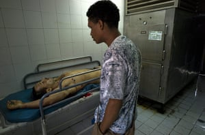 Venezuela Caracas : Caracas, Venezuela. Friend sees victim of a shooting