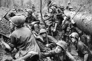Henri Huet: American infantrymen crowd into a mud-filled bomb crater