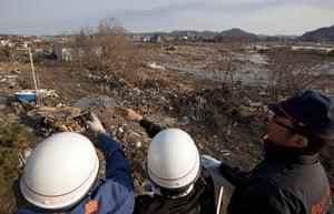 dan chung in Shintona: Rescuers survey the destruction