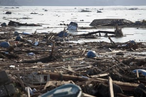 dan chung in Shintona: Debris from the tsunami floats on the sea