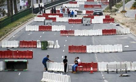 Bahraini protesters set up roadblocks