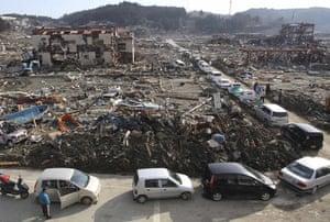 Japan aftermath: Vehicles line up for fuel in Minamisanriku