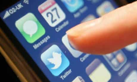 MPs should be able to use Twitter in the Commons with 'decorum', a committee has recommended