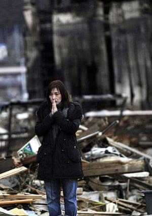 Japan : A woman finds a body in the earthquake and tsunami-hit Kesennuma