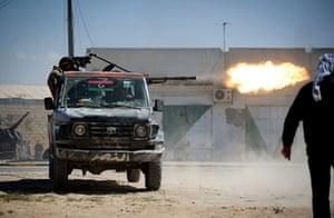 Misrata, Libya : Libyan rebels fire a heavy machine gun mounted