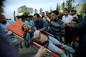 Misrata: In pictures: Medics struggle to bring a wounded rebel fighter