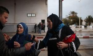 Refugees flee Libya into Tunisia